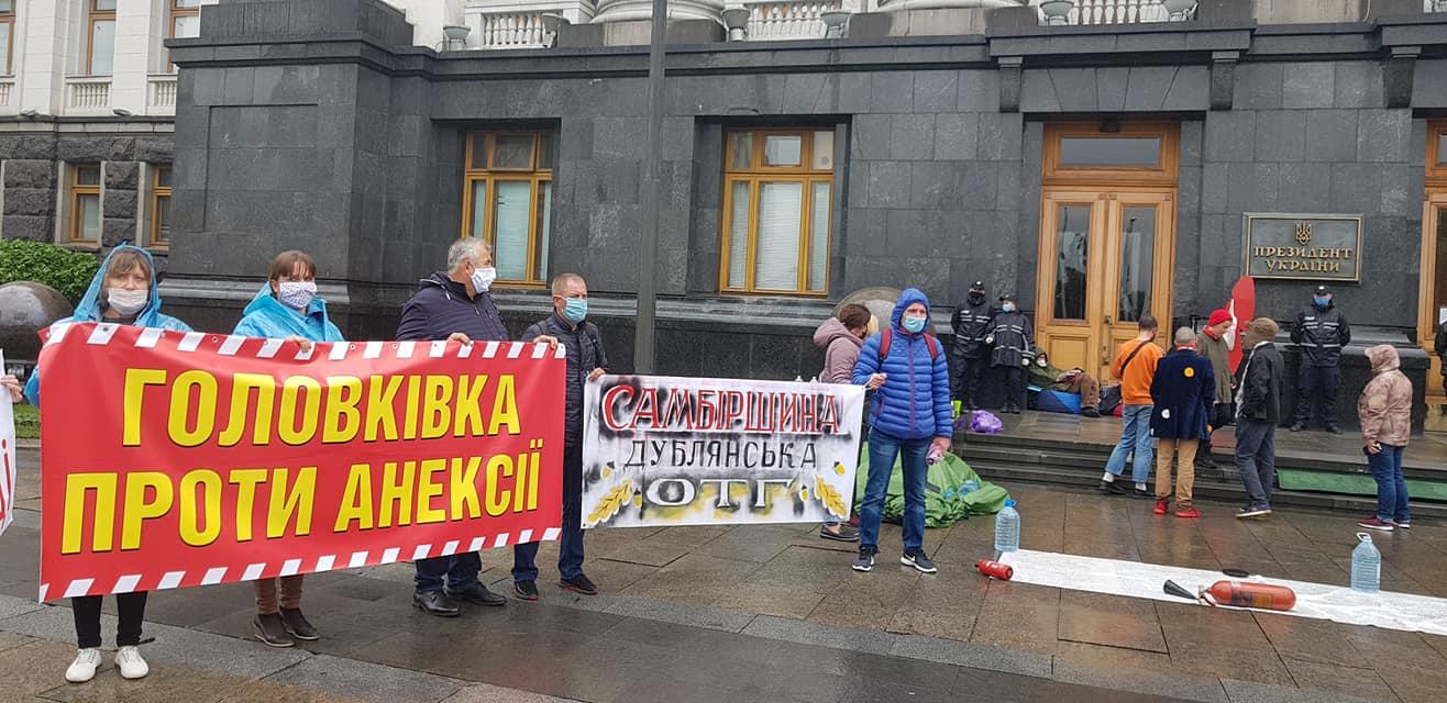 Об'єднані громади провели акцію протесту проти поглинання ОТГ біля Кабміну та Офісу Президента. Кабмін опублікував розпорядження без врахування позиції протестуючих